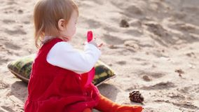 Petite fille sur le sable avec des jouets clips vidéos