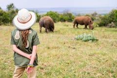 Petite fille sur le safari photos stock