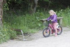 Petite fille sur le vélo images libres de droits