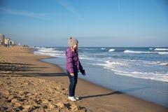 Petite fille sur le Virginia Beach Images libres de droits
