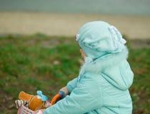 Petite fille sur sa bicyclette. photographie stock libre de droits