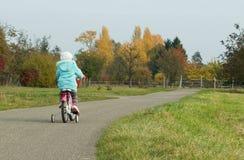 Petite fille sur sa bicyclette. photos libres de droits