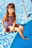 Petite fille sur un matelas rose Images libres de droits