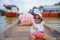 Petite fille sur un tour de bateau en Hoi An, Vietnam photos libres de droits