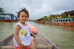 Petite fille sur un tour de bateau en Hoi An, Vietnam Photographie stock libre de droits