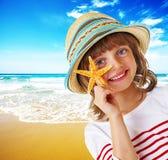 Petite fille sur une belle plage Photographie stock