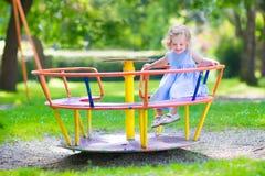 Petite fille sur une cour de jeu photo libre de droits