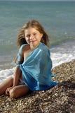 Petite fille sur une plage Photo stock