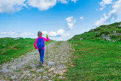 Petite fille sur une promenade de montagne Photo libre de droits