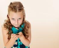 Petite fille tenant dans des mains une petite tortue Photographie stock libre de droits