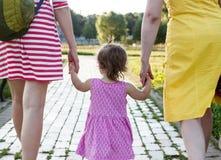 Petite-fille tenant des mains de mère et de grand-mère Photographie stock libre de droits