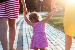Petite-fille tenant des mains de mère et de grand-mère Images libres de droits