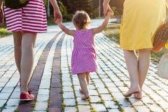 Petite-fille tenant des mains de mère et de grand-mère Images stock
