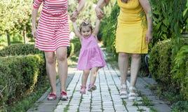 Petite-fille tenant des mains de mère et de grand-mère Photo libre de droits