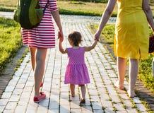 Petite-fille tenant des mains de mère et de grand-mère Image stock