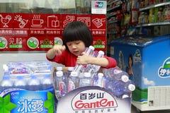 Petite fille tenant l'eau minérale photos stock