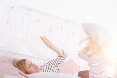 Petite fille tenant l'oreiller Photographie stock
