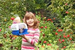 Petite fille tenant la boîte d'animal familier Photographie stock