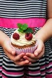 Petite fille tenant le petit gâteau Photos libres de droits