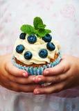 Petite fille tenant le petit gâteau Photo stock