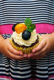 Petite fille tenant le petit gâteau Photo libre de droits