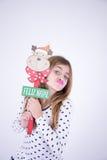 Petite fille tenant le plat du Joyeux Noël Photo stock