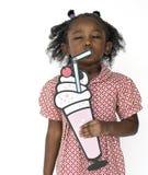 Petite fille tenant le portrait de studio de boissons d'arts de Papercraft image stock