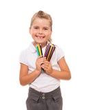 Petite fille tenant quelques crayons colorés sur le blanc Photographie stock