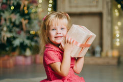 Petite fille tenant un boîte-cadeau Photos stock