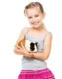 Petite fille tenant un cobaye Photo libre de droits