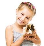 Petite fille tenant un cobaye Photos libres de droits