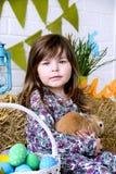 Petite fille tenant un concept pelucheux de ressort de Pâques de lapin Photos libres de droits