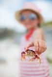 Petite fille tenant un crabe photo libre de droits