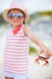 Petite fille tenant un crabe image stock