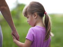 Petite fille tenant une main de sa mère Conce de relations de famille Photos libres de droits