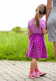 Petite fille tenant une main de sa mère Conce de relations de famille Image stock