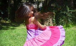petite fille tournant à l'extérieur photo stock