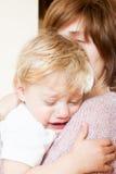 Petite fille triste avec la maman Photographie stock libre de droits
