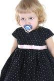 Petite fille triste avec le raccord au-dessus du blanc photographie stock libre de droits
