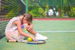 Petite fille triste sur le court de tennis Photos stock