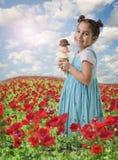 Petite fille un cône avec trois saveurs de crême glacée Photographie stock libre de droits