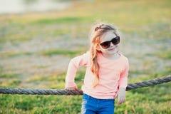 Petite fille utilisant dehors des lunettes de soleil Photo libre de droits