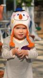 Petite fille utilisant le chapeau drôle photographie stock libre de droits