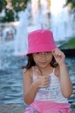Petite fille utilisant le chapeau rose Image stock