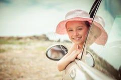 Petite fille voyageant en voiture Photographie stock libre de droits