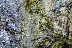 Petite fin de courant de montagne de cascade  Images stock