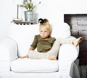 Petite fin de sourire heureuse intérieure blonde mignonne de fille à la maison, concept de personnes de mode de vie photographie stock libre de droits