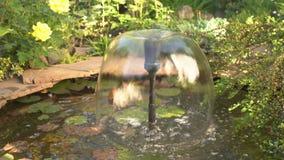 Petite fontaine avec éclabousser l'eau banque de vidéos