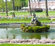 Petite fontaine en parc photos libres de droits