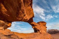 Petite formation de roche de pont illuminée par lever de soleil, désert de Wadi Rum, Jordanie photographie stock